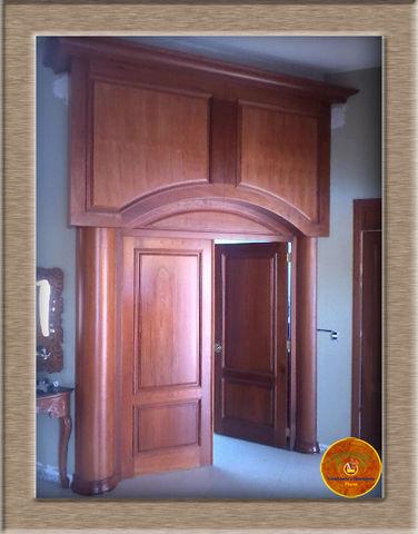 Puerta en madera de cedro para sala de biblioteca for Puertas de recamara de madera