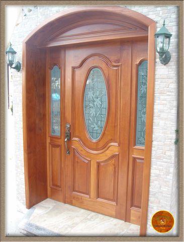 Puerta principal maciza en madera de cedro con dos fijos y for Puertas principales de madera rusticas