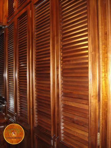 closet con puertas de persiana en madera de cedro